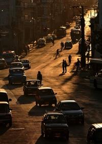 Varios autos circulan por una céntrica calle del popular barrio de Centro Habana en la capital cubana.