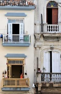 Dos vecinas conversan en los balcones de sus casas hoy en La Habana (Cuba).