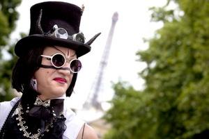 Un hombre disfrazado participa en el desfile anual del Orgullo Gay en París.