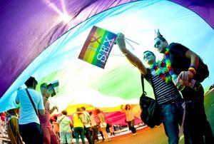 Franceses participan en el desfile anual del Orgullo Gay en París, Francia