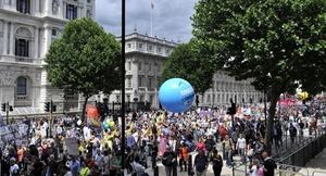 Activistas del Sindicato de Servicios Públicos y Comerciales (PCS) pasan cerca de las puertas del Parlamento en Londres
