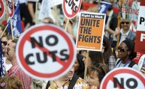 Activistas del Sindicato de Servicios Públicos y Comerciales montan un piquete a las puertas del Parlamento en Londres