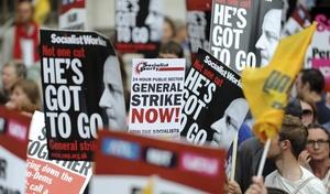 Unos 750,000 empleados del sector público británico secundan una huelga de 24 horas en protesta por los planes del Gobierno de coalición de reformar las pensiones.