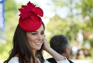 Catalina estaba resplandeciente con los colores canadienses, con un vestido del diseñador inglés Reiss, un sombrero rojo, y un prendedor de la reina en forma de hoja de arce