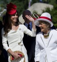 La reina Isabel se puso el prendedor por primera vez durante su primera visita a Canadá en 1951 — cuando aún era princesa — y se lo prestó a la duquesa para esta gira.