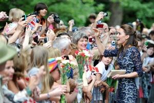 La pareja luego repartió banderas rojiblancas canadienses a los nuevos ciudadanos, y participó en una recepción para ellos y sus familias.