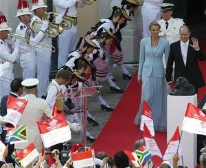 El príncipe Alberto II se casó el viernes con la sudafricana Charlene Wittstock, en una ceremonia civil largamente esperada que convirtió a la ex nadadora olímpica en princesa de Mónaco.