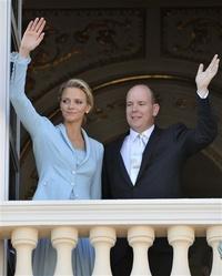 Wittstock vistió una chaqueta de seda azul con pantalones hasta los tobillos, una creación de la casa Chanel para la ceremonia civil, a la que seguirá el sábado una ceremonia religiosa seguida de una cena de gala.