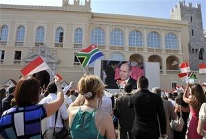 Los residentes del principado, un parque de diversiones de los ricos y famosos del mundo, atestaron la plaza frente al palacio donde se realizó la ceremonia con la esperanza de ver a los recién casados en la primera de dos jornadas de festividades.