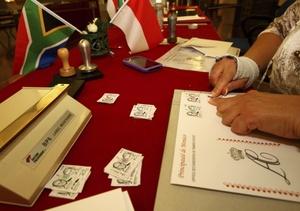Se editaron estampillas especiales de la boda real del Príncipe Alberto de Mónaco y Charlene Wittstock en la oficina postal de Mónaco