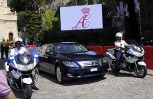 Una limusina híbrida de Lexus es escoltada por la policía al abandonar la iglesia Saint Devote