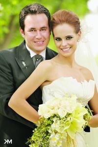 Ana Gabriela Ramírez Solares contrajo matrimonio con Gerardo Palacios Romo el 30 de abril de 2011 en la capilla Los Ángeles. Los acompañaron sus padres Sr. Juan José Ramírez Espinoza y Sra. Ana Cristina Solares de Ramírez; Sr. Gerardo Palacios Rodarte y Sra. Magdalena Romo Jáuregui. <p> <i> Studio KM</i>