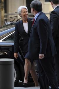 Vestida con un traje de chaqueta oscuro, Lagarde llegó alrededor de las 9.00 locales a la sede del FMI, donde la esperaban numerosos fotógrafos y cámaras de televisión