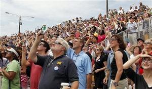 El despegue del Atlantis fue presenciado por cerca de un millón de personas que se dieron cita en el Centro Espacial Kennedy para dar el adiós de la nave.