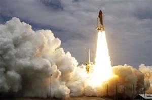 El transbordador estadounidense Atlantis, con cuatro astronautas a bordo, partió hoy para su última misión con equipos y suministros para la Estación Espacial Internacional.