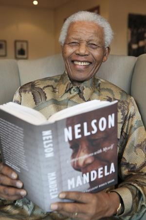 Nacido el 18 de julio de 1918, Nelson Rolihlahla Mandela fue militante antiapartheid y dirigente del Congreso Nacional Africano, por cuyas actividades pasó 27 años encarcelado.