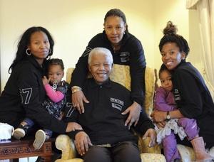 A nombre del pueblo estadounidense, el presidente Barack Obama y su esposa Michelle felicitaron al Premio Nobel de la Paz Nelson Mandela en su cumpleaños 93.