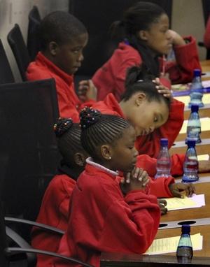 Más de 12 millones de alumnos interpretaron una versión especial de la canción, escrita por el líder del movimiento anti-apartheid, antes del inicio de las clases.