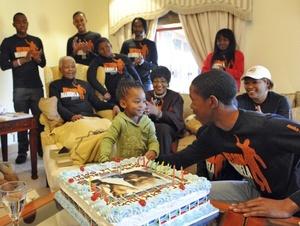Millones de niños de todo el país le cantaron 'Feliz Cumpleaños' al ex presidente de Sudáfrica Nelson Mandela.