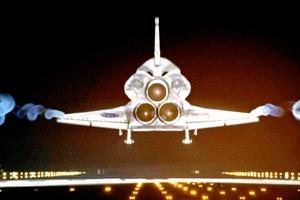 A pie de pista les esperaban compañeros y altos cargos de la NASA, incluido el director de la agencia espacial, Charles Bolden, veterano de las misiones STS-61-C, STS-31, STS-45, STS-60, quien agradeció su 'increíble' trabajo.