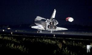 El Atlantis emergió del crepúsculo y aterrizó en la pista del Centro Espacial Kennedy, en Cabo Cañaveral (Florida).