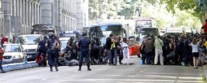 La Policía intenta desalojar a los miembros del colectivo de los indignados sentados en el Paseo del Prado, junto al museo Thyssen.