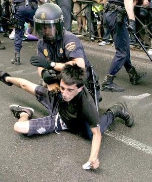 Policías forcejearon con miembros del colectivo de los indignados.