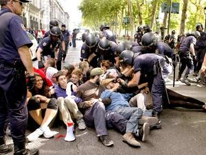 Agentes de la Policía Nacional española y Municipal de Madrid llevan al cabo una operación para desalojar a los 'indignados' que permanecen en el Paseo del Prado