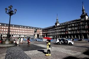 Las calles aledañas a la Puerta del Sol han sido desbloqueadas, pero los agentes piden documentación y hacen preguntas a las personas que pretenden llegar a esta plaza emblemática.