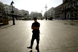La Policía Municipal madrileña desalojó a unas 20 personas del llamado movimiento '15-M' que acamparon en la Plaza Mayor luego de que fue frustrada una protesta en la Puerta del Sol.