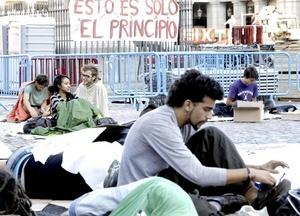Algunos manifestantes acamparon en la Plaza Mayor de Madrid tras ser desalojados de la Puerta del Sol.