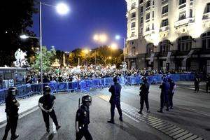 Al anochecer en Madrid, los manifestantes se encuentran en las calles aledañas a la Puerta del Sol y en la Gran Vía hacia la Plaza de Cibeles, y corean consignas como vergüenza, vergüenza , lo llaman democracia y no lo es o que no, que no, que no tenemos miedo.