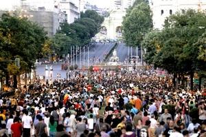 En un primer momento, la Policía dejó pasar a la plaza sólo a las personas que no consideraba miembros del movimiento, pero ante la afluencia masiva decidió evacuar la plaza y bloquear las bocacalles de diversas vías que confluyen en el lugar más céntrico de España.