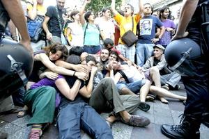 los manifestantes relacionaron el desalojo con la visita papal y convocaron un acto de repulsa e invitaron a los simpatizantes a dar un paseo a las ocho de la noche por la Puerta del Sol.