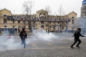 La acción policial para impedir la marcha de los estudiantes diseminó una densa nube de gases lacrimógenos por todo el centro de Santiago.