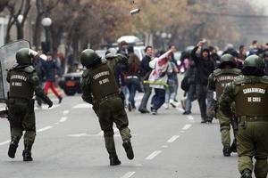 Alrededor de mil efectivos de la militarizada policía de Carabineros de Chile sitió el centro de Santiago para impedir la realización de una marcha de los estudiantes y profesores en demanda de una reforma educativa.