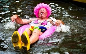 Un participante en el Día del Orgullo Gay, navega durante el desfile por los canales de Amsterdam.