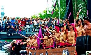 Una barcaza pirata participa en el desfile por los canales, con motivo de la celebración del Día del Orgullo Gay.