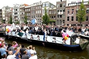 Militares participaron en el desfile del orgullo gay de Amsterdam.