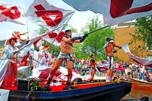 Participantes en el Día del Orgullo Gay, bailan a bordo de una barcaza durante el desfile.
