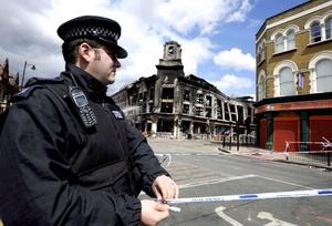 Las calles de Tottenham fueron acordonadas y continúan vigentes los desvíos del tráfico mientras un portavoz de Scotland Yard hacía un llamamiento a la comunidad para que proporcione información que permita llevar ante la justicia a los responsables del caos.