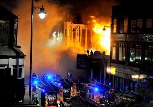 La pequeña manifestación dio paso paulatinamente a una auténtica zona de guerra con lanzamiento de cócteles molotov y quema de edificios y vehículos, entre ellos coches patrulla, una furgoneta policial y un autobús de dos plantas.