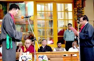 El acto, al que asistieron cientos de personas -entre ellas el propio dalai lama-, tuvo lugar a las nueve horas, nueve minutos y nueve segundos de la mañana, un momento considerado especialmente favorable.
