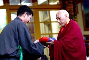 El nuevo primer ministro del gobierno de Tíbet en el exilio, Lobsang Sangay, juró su cargo en una ceremonia celebrada en la localidad norteña india de Dharamsala y con la que sustituye al dalai lama como líder político tibetano.
