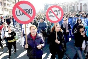 La dirigenta Camila Vallejos, presidenta de los estudiantes de la Universidad de Chile, estimó que más de 100,000 personas marcharon por calles aledañas al centro capitalino, al no permitir el gobierno el recorrido planteado por los convocantes.