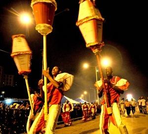 Bailarines participan durante la inauguración del Carnaval.