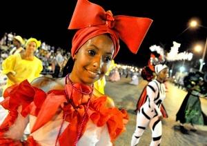 Vestuarios alegres y llamativos se pueden observar en el Carnaval de La Habana.