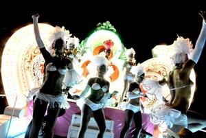 Cientos de personas bailan en comparsas y carrozas en el inicio del Carnaval de La Habana, Cuba.