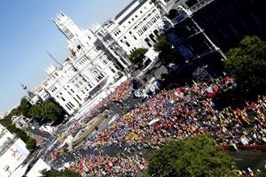 La mayoría portan las banderas de sus países, cantan himnos en sus idiomas y algunos bailan, como un grupo de sudafricanos que han danzado en mitad de la Plaza de Sol, centro neurálgico de la capital española.