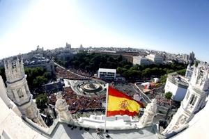 Miles de jóvenes llegados a Madrid desde distintos países para participar en la Jornada Mundial de la Juventud (JMJ) tomaron las calles del centro de la capital española para visitar sus lugares más turísticos, antes de que den comienzo las actividades programadas.